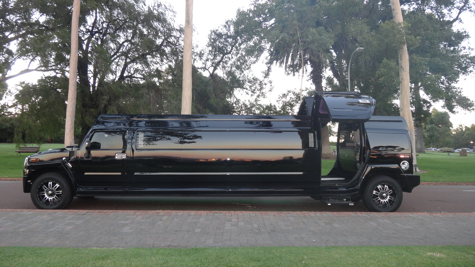 Limo hire wedding day – hire a stunning Chrysler